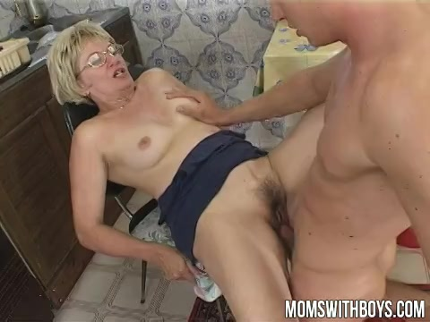 Deze oudere dame laat haar mond en kletsnatte flamoes penetreren