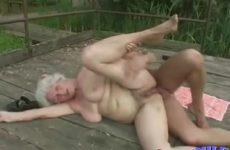 Grootma is krankjorum op buitensex met een jonge kerel