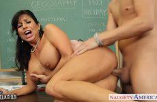 Zijn lerares pijpt de fatsige piemel en laat zichzelf door de jongeman berijden
