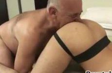 Bejaarde homo professor geeft twink student bijles