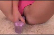 Blonde meid wordt hard geneukt met roze dildo