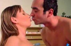 Dokter Simon ejaculeerde over haar mooie borsten