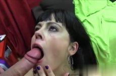 De milf laat haar gelaat vol cum ejaculeren door de jongeman