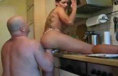 Man betrapt zijn vrouw met thermosfles in haar kut