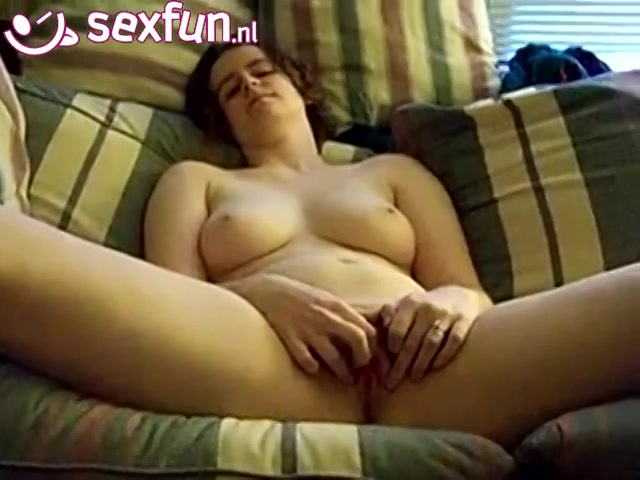 Ze schokt en trilt als zij een orgasme ontvangst