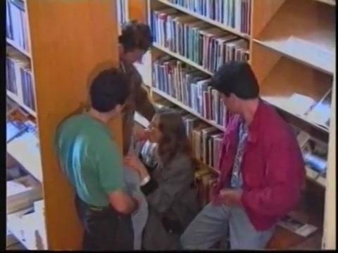 Zij pijpt 3 piemels in de bibliotheek