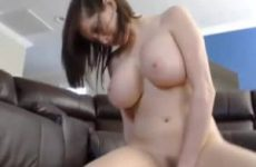 Voor de webcam showt ze haar grote tieten en neukt de nep lul
