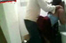 Hij neukt het zusje van zijn vrouw op het toilet