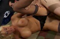 Geile blonde milf in sexy lingerie word hard geneukt