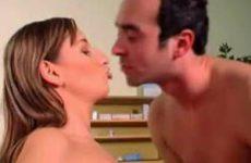 De sperma druipt tussen haar tieten