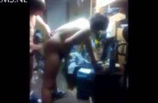 Geile gay tieners neuken staand in rommelkamer