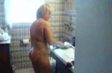 Huisvrouw laat zich zien in de badkamer