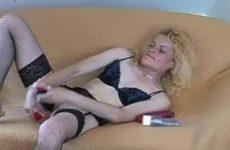 In sexy lingerie mastubeerd het blondje met sex toys