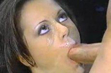 Mooie brunette krijgt een cumshot in haar oog